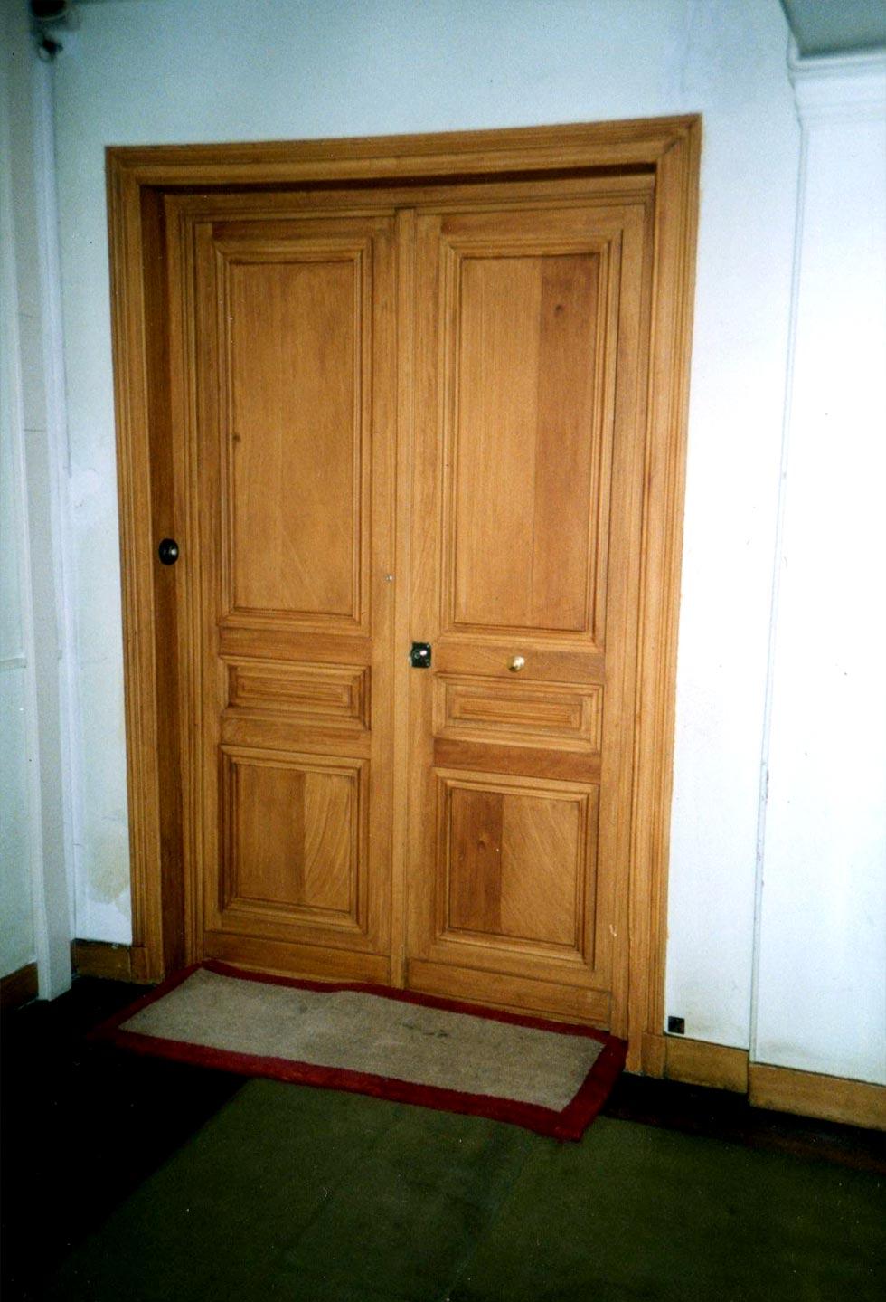 Portes d 39 immeuble faux chene cocepia peinture trompe l for Porte en chene interieur